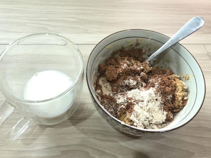 用80cc的牛奶依序攪拌